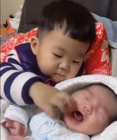 Em gái đang khóc ngằn ngặt đòi mẹ, anh trai 2 tuổi đã nhanh trí nghĩ ra cách dỗ em nín khóc hiệu quả tức thì - Ảnh 2.