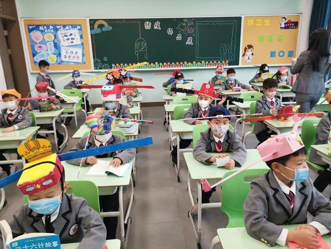 Trung Quốc: Học sinh quay lại trường học với mũ giãn cách xã hội - Ảnh 1.