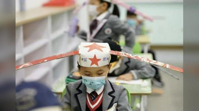 Trung Quốc: Học sinh quay lại trường học với mũ giãn cách xã hội - Ảnh 2.