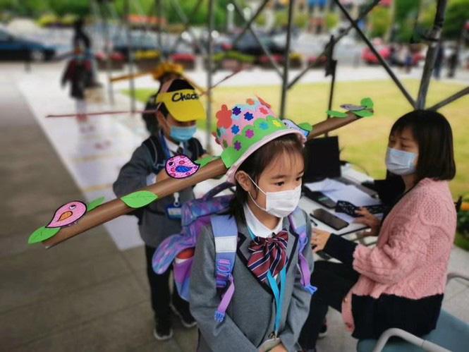Trung Quốc: Học sinh quay lại trường học với mũ giãn cách xã hội - Ảnh 3.
