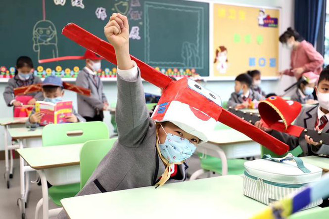 Trung Quốc: Học sinh quay lại trường học với mũ giãn cách xã hội - Ảnh 4.