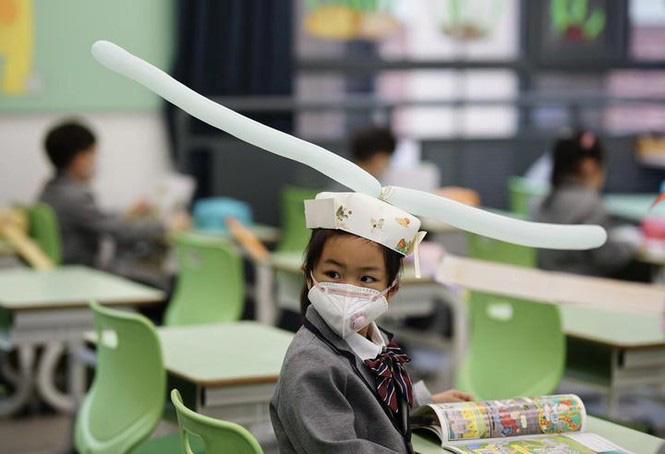 Trung Quốc: Học sinh quay lại trường học với mũ giãn cách xã hội - Ảnh 5.