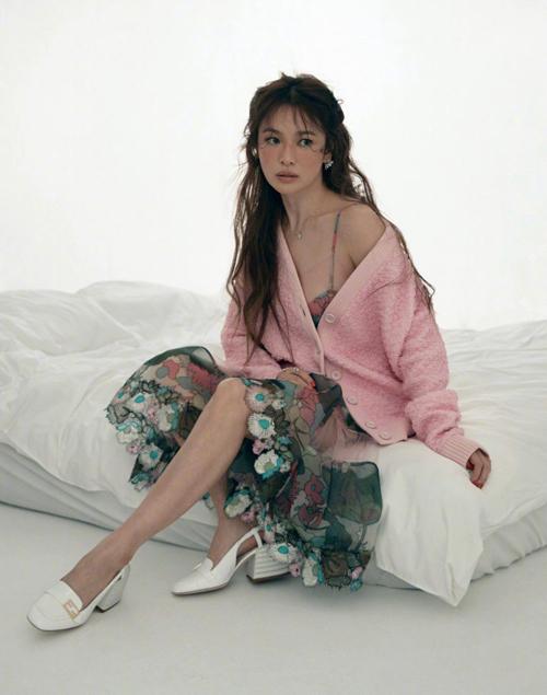 """Song Hye Kyo """"lột xác"""" sau khi ly hôn ai cũng biết nhưng táo bạo khoe ngực đầy thế này thì quả thật bất ngờ  - Ảnh 1."""