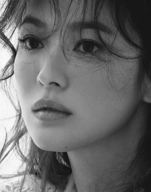 """Song Hye Kyo """"lột xác"""" sau khi ly hôn ai cũng biết nhưng táo bạo khoe ngực đầy thế này thì quả thật bất ngờ  - Ảnh 6."""