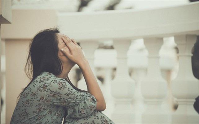 Ly hôn 5 năm, chồng cũ đột nhiên tới tận nhà ôm chầm lấy tôi rồi đòi sống chung nhưng tôi né tránh thì lập tức anh ta trở mặt  đòi 2 tỷ từ giá trị căn nhà mà mẹ con tôi đang ở
