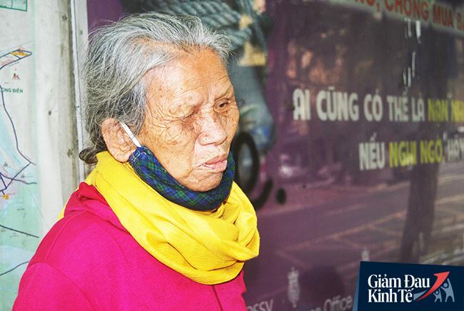 Cụ bà có nhiều năm lang thang ở Hà Nội cho biết, chưa bao giờ chứng kiến cảnh vắng vẻ như bây giờ