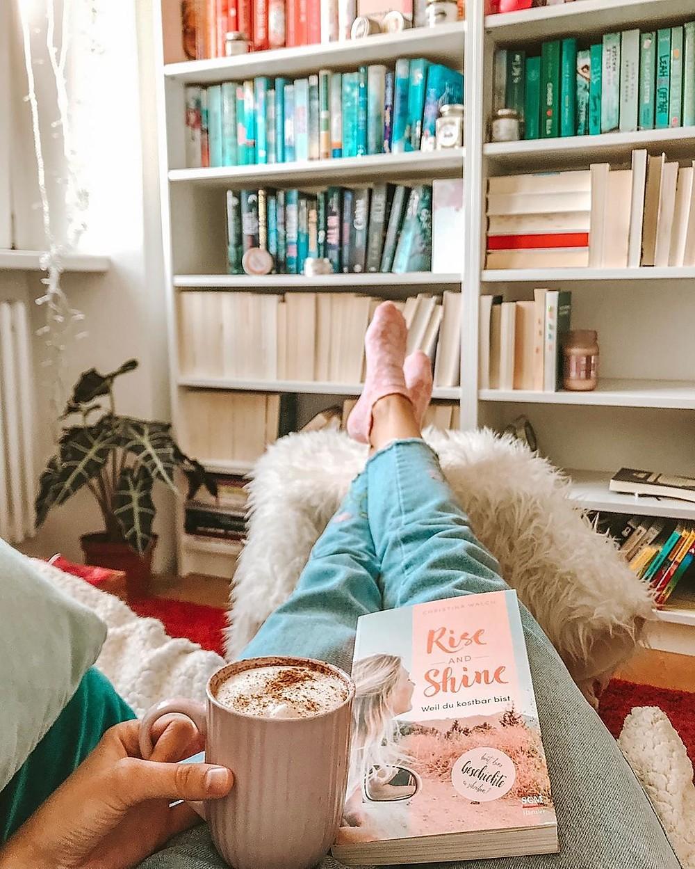 7 bước thật nhanh gọn và đơn giản để thiết kế góc đọc sách tiện lợi cho những ngày dài ở nhà - Ảnh 4.