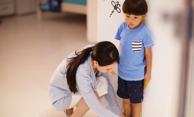 Mẹ cao 1m70, bố cao 1m80 nhưng con trai lại thấp dưới mức trung bình, bố mẹ hối hận vì đã duy trì thói quen sai lầm này mỗi đêm - Ảnh 1.