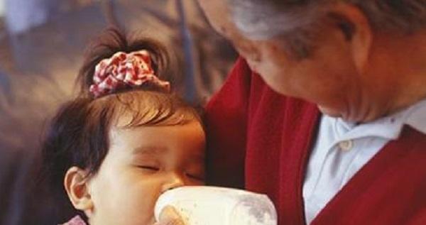 """Con nhỏ 1 tuổi nhất quyết không uống sữa do bố mẹ pha nhưng bình sữa bà nội đưa thì tu cạn sạch, người mẹ hốt hoảng khi khám phá ra """"bí mật"""" phía sau - Ảnh 1."""