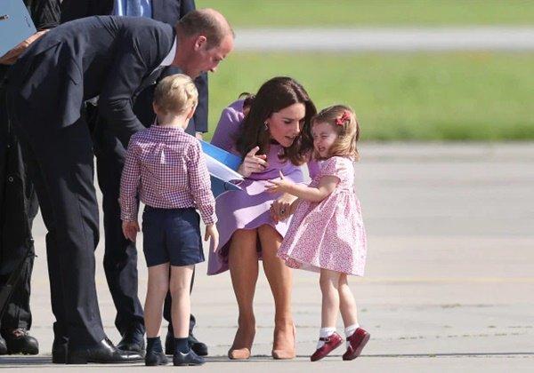 """Bật mí lý do sâu xa khiến Công nương Kate luôn phải cúi người xuống mỗi khi các Hoàng tử, Công chúa """"ăn vạ"""" - Ảnh 2."""