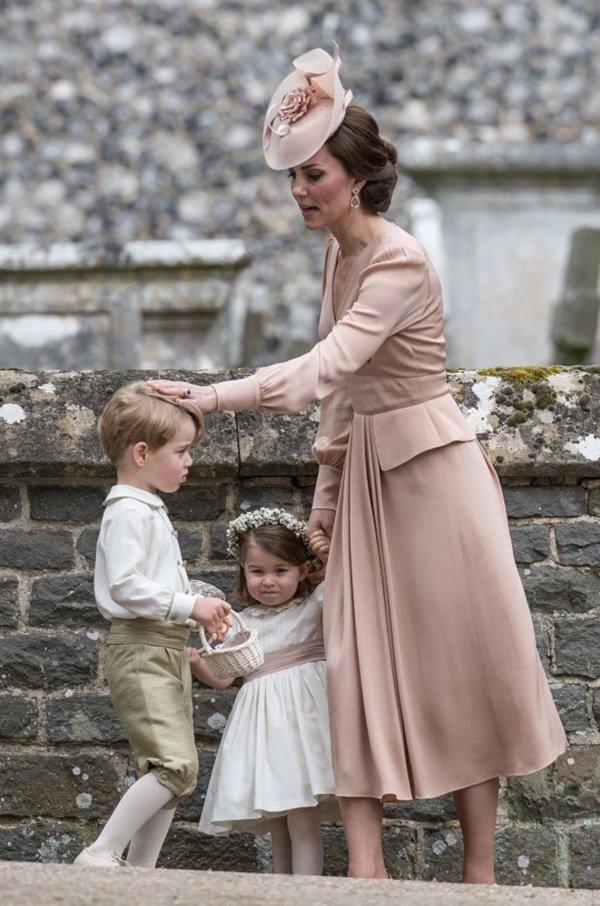 """Bật mí lý do sâu xa khiến Công nương Kate luôn phải cúi người xuống mỗi khi các Hoàng tử, Công chúa """"ăn vạ"""" - Ảnh 5."""