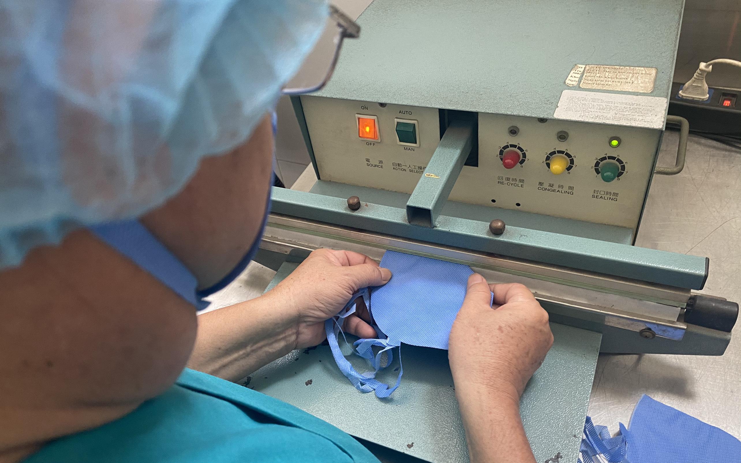 Bệnh viện ở TP.HCM tự chế khuôn dập khẩu trang, làm 3.000 cái mỗi ngày để bác sĩ dùng trong mùa dịch Covid-19