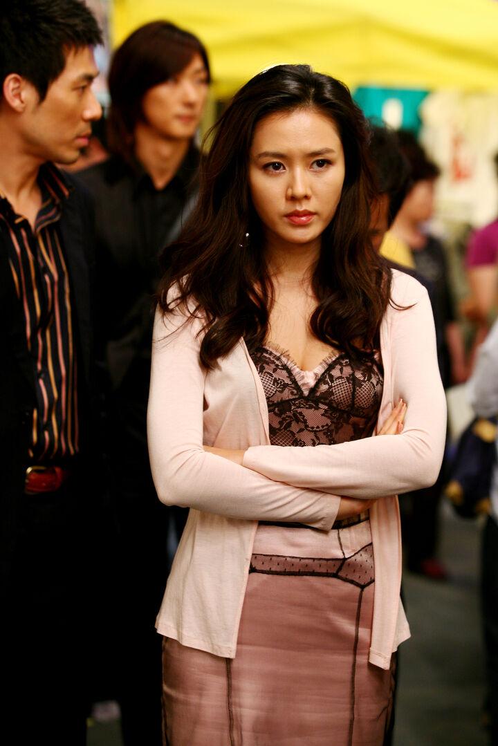 Quen với hình tượng trong veo thánh thiện của Son Ye Jin, ít ai biết cô từng thử style bà trùm hắc ám mà vẫn nuột cực kỳ - Ảnh 1.