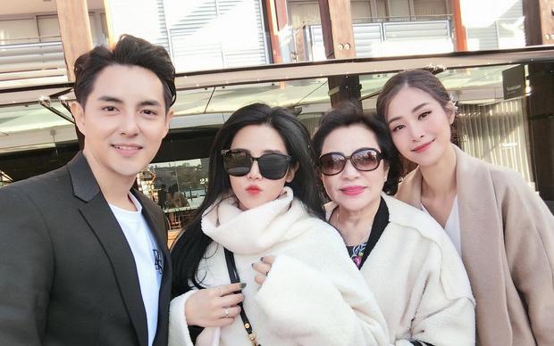 """Nhìn bức ảnh này mới thấy rõ mối quan hệ """"mẹ chồng - nàng dâu"""" giữa Đông Nhi và mẹ Ông Cao Thắng"""