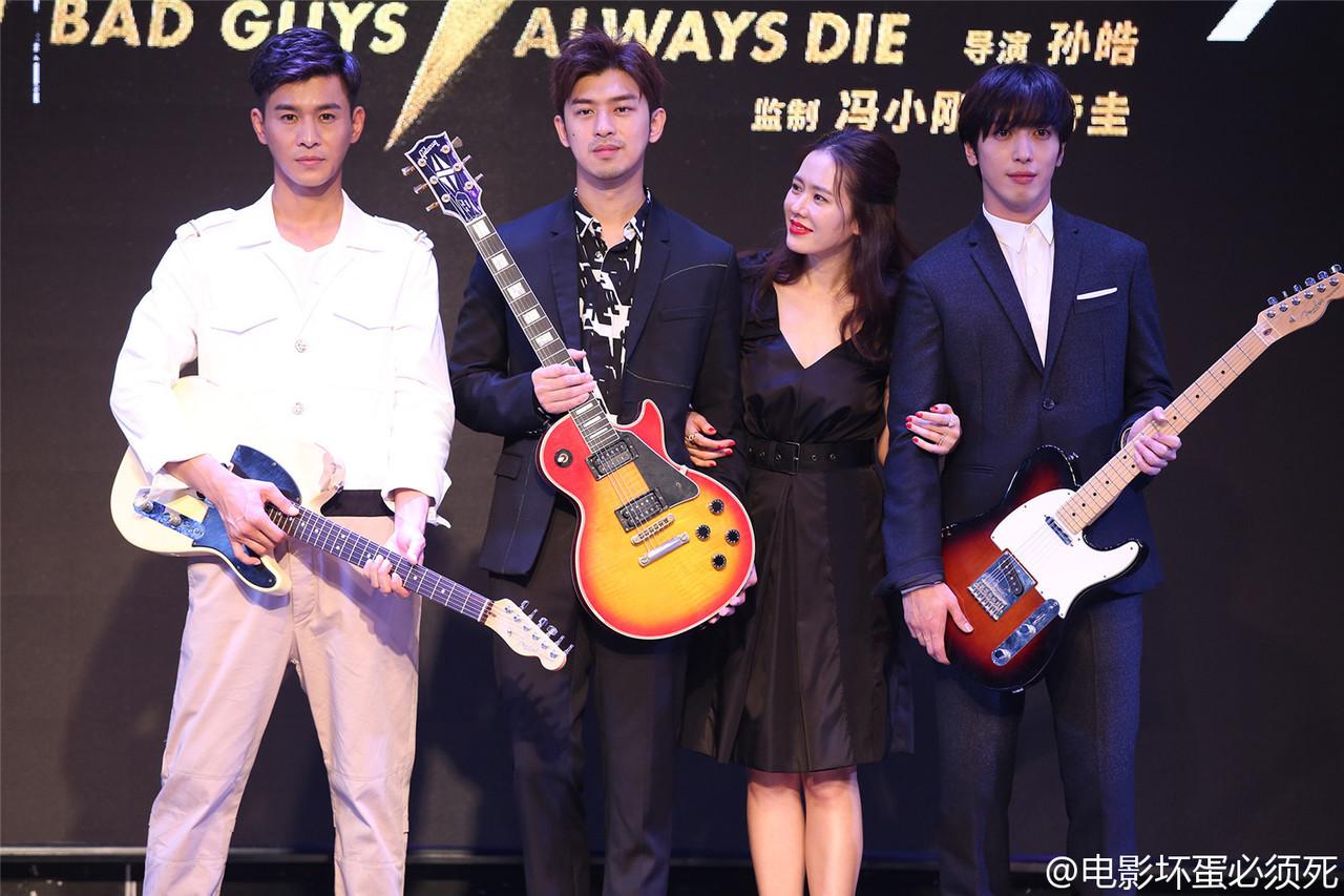 """Diện váy giống Son Ye Jin nhưng nhờ là lượt váy áo phẳng phiu mà Angela Baby đã """"đánh bật"""" về độ sang chảnh - Ảnh 1."""