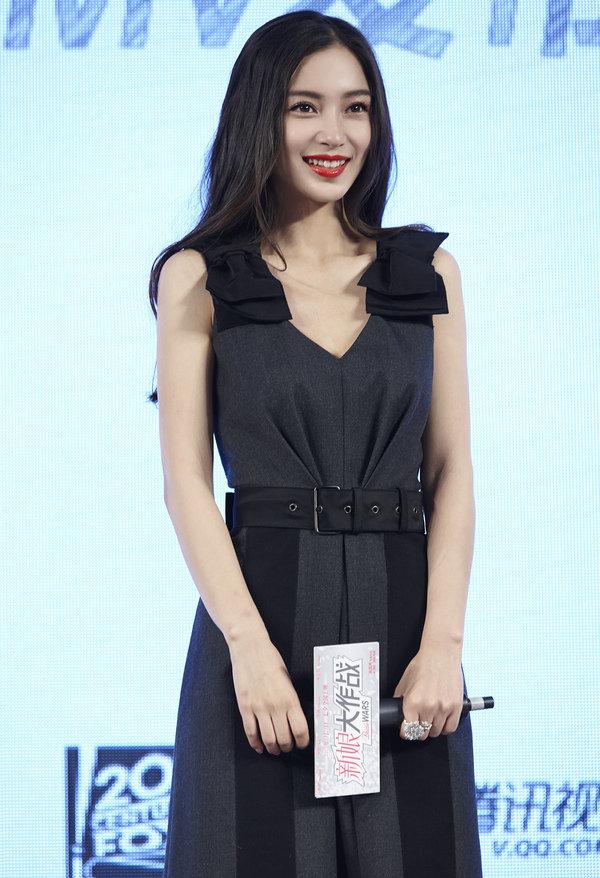 """Diện váy giống Son Ye Jin nhưng nhờ là lượt váy áo phẳng phiu mà Angela Baby đã """"đánh bật"""" về độ sang chảnh - Ảnh 4."""