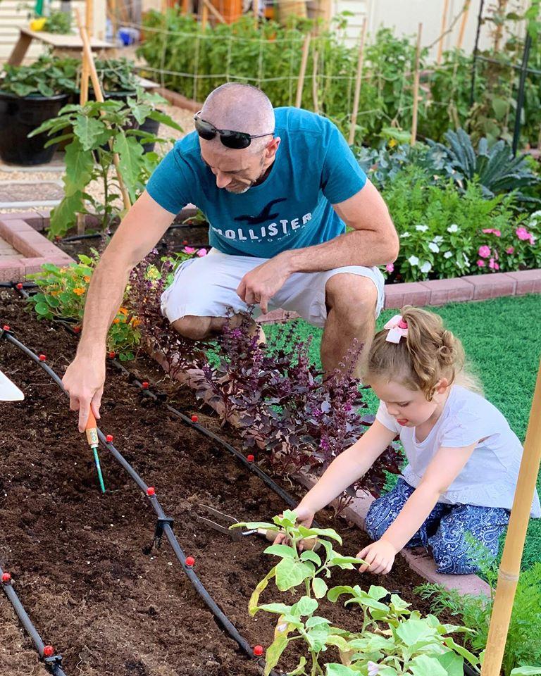 Vườn rau quả xanh um tươi tốt bố mẹ trồng giúp con gái nhỏ học nhiều điều về cuộc sống - Ảnh 2.