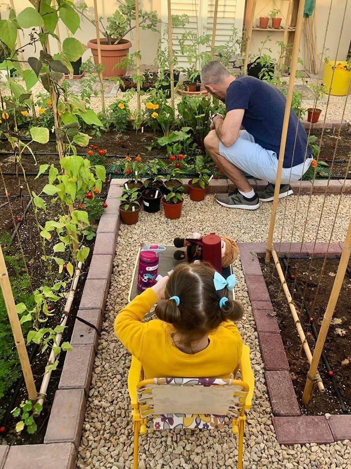 Vườn rau quả xanh um tươi tốt bố mẹ trồng giúp con gái nhỏ học nhiều điều về cuộc sống - Ảnh 4.