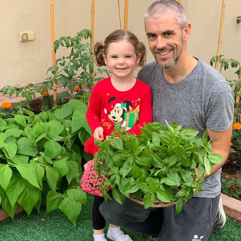 Vườn rau quả xanh um tươi tốt bố mẹ trồng giúp con gái nhỏ học nhiều điều về cuộc sống - Ảnh 12.