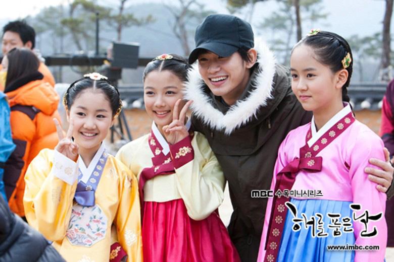 """Ba sao nhí """"Mặt trăng ôm mặt trời"""" bé xíu bên Kim Soo Hyun nay lột xác thành mỹ nhân"""