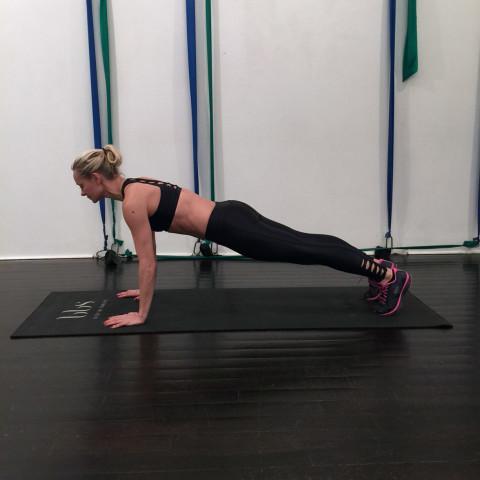 Thử thách 15 ngày, mỗi ngày tập 1 động tác Plank: Cứ thực hiện đi rồi vóc dáng của bạn không săn gọn hẳn mới là lạ - Ảnh 2.