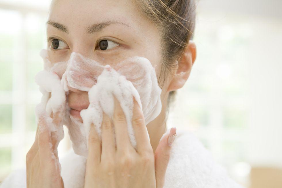 Thao tác làm sạch khi da đang bị kích ứng - Ảnh 1.