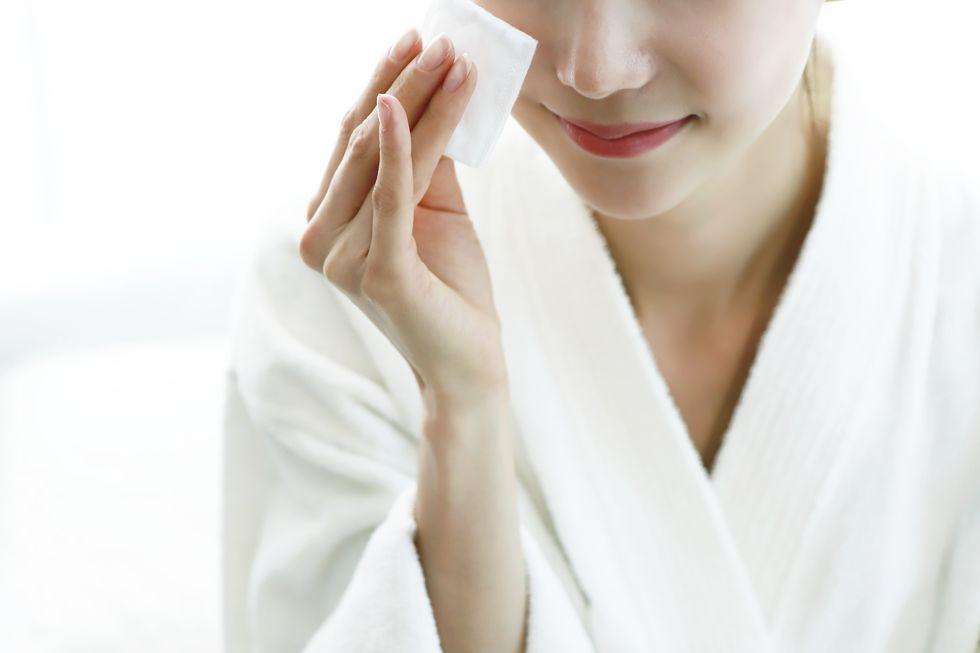 Thao tác làm sạch khi da đang bị kích ứng - Ảnh 2.