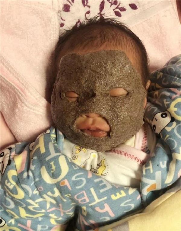Ông bố trẻ về nhà nhìn thấy đứa con 1 tháng của mình thì giật mình kinh hãi suýt không nhận ra con - Ảnh 2.