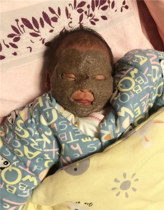Ông bố trẻ về nhà nhìn thấy đứa con 1 tháng của mình thì giật mình kinh hãi suýt không nhận ra con - Ảnh 1.