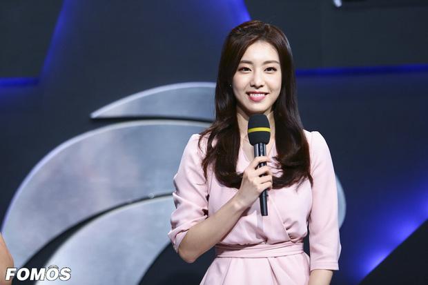 """""""Vợ iu"""" của So Ji Sub: Xứng danh MC nữ thần của các thể loại váy, đỉnh nhất là diện váy càng đơn giản càng sexy khó cưỡng - Ảnh 1."""