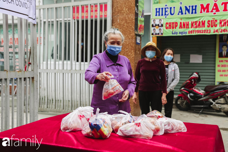 Những ngày cách ly chống dịch: Nhiều điểm phát lương thực mở ra như món quà vô giá với sinh viên nghèo, lao động thất nghiệp cố bám trụ lại Thủ đô - Ảnh 10.