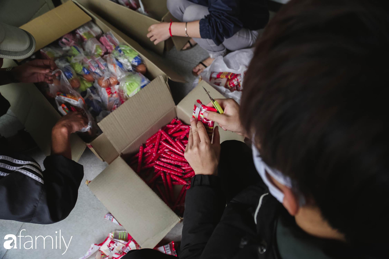 Những ngày cách ly chống dịch: Nhiều điểm phát lương thực mở ra như món quà vô giá với sinh viên nghèo, lao động thất nghiệp cố bám trụ lại Thủ đô - Ảnh 5.