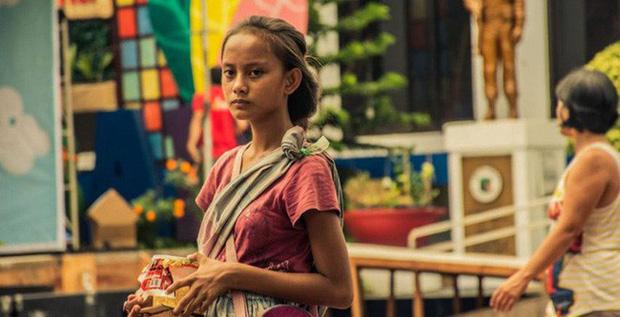 """Cô bé ăn xin bị nhiếp ảnh gia """"chụp trộm"""" trên đường phố, 4 năm sau không ngờ bức ảnh ấy lại giúp em đổi đời, cứu cả gia đình thoát khỏi đói nghèo - Ảnh 1."""
