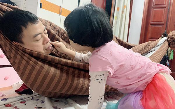 Bố vừa chợp mắt đã bị con gái lấy nửa lọ kem bôi lên mặt, tưởng bé nghịch ngợm nhưng lý do lại ngọt ngào thế này