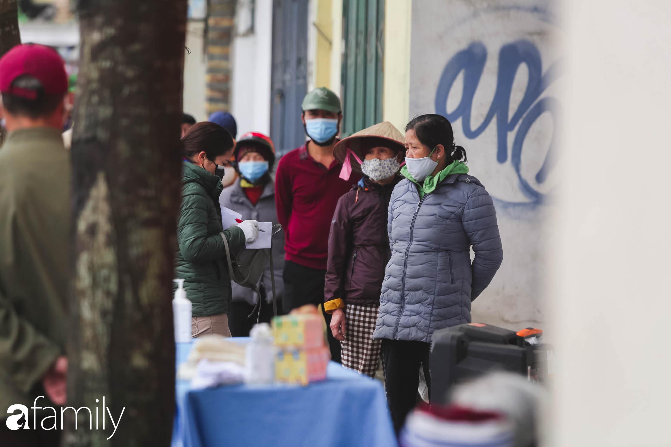 Những ngày cách ly chống dịch: Nhiều điểm phát lương thực mở ra như món quà vô giá với sinh viên nghèo, lao động thất nghiệp cố bám trụ lại Thủ đô - Ảnh 4.
