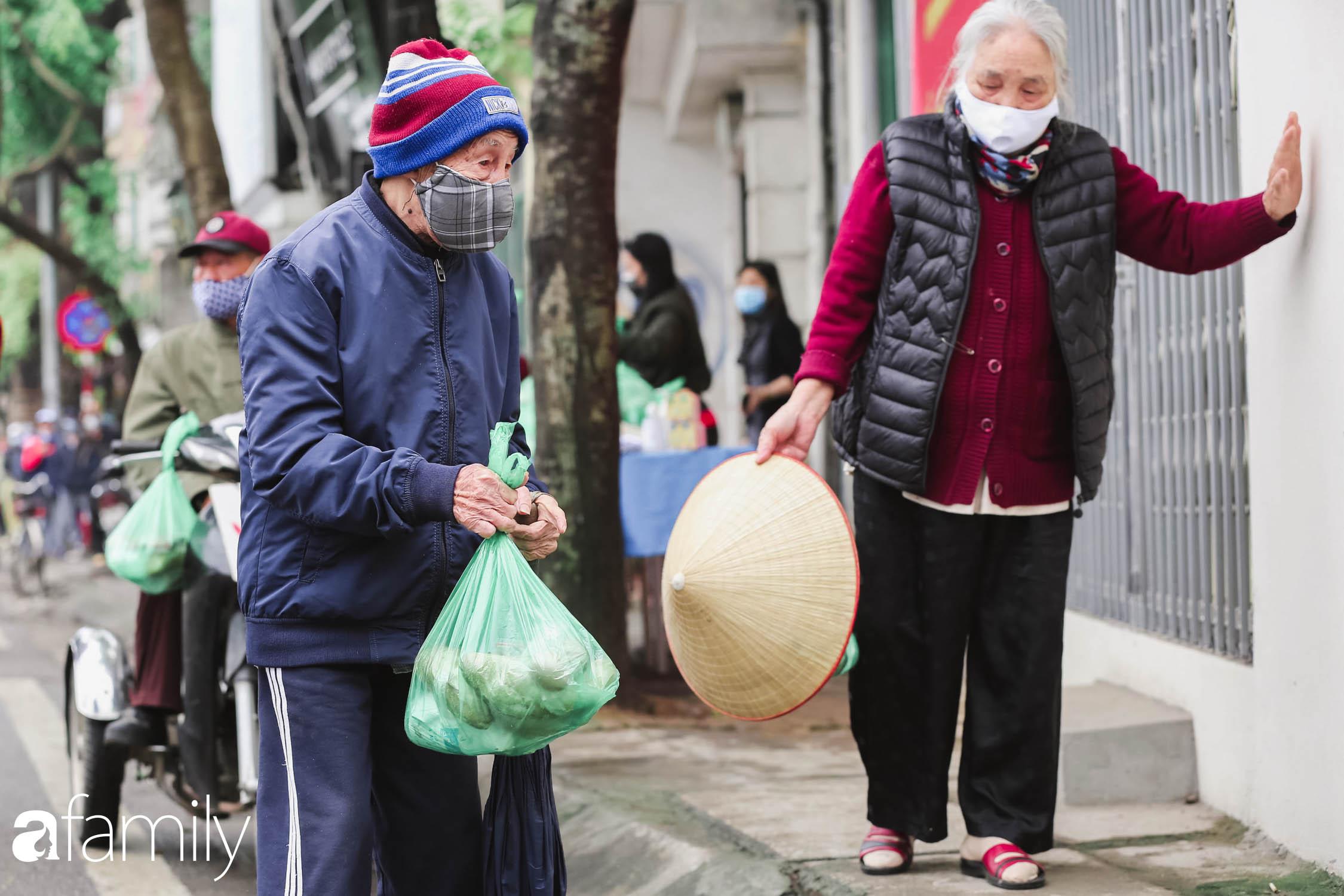 Những ngày cách ly chống dịch: Nhiều điểm phát lương thực mở ra như món quà vô giá với sinh viên nghèo, lao động thất nghiệp cố bám trụ lại Thủ đô - Ảnh 8.