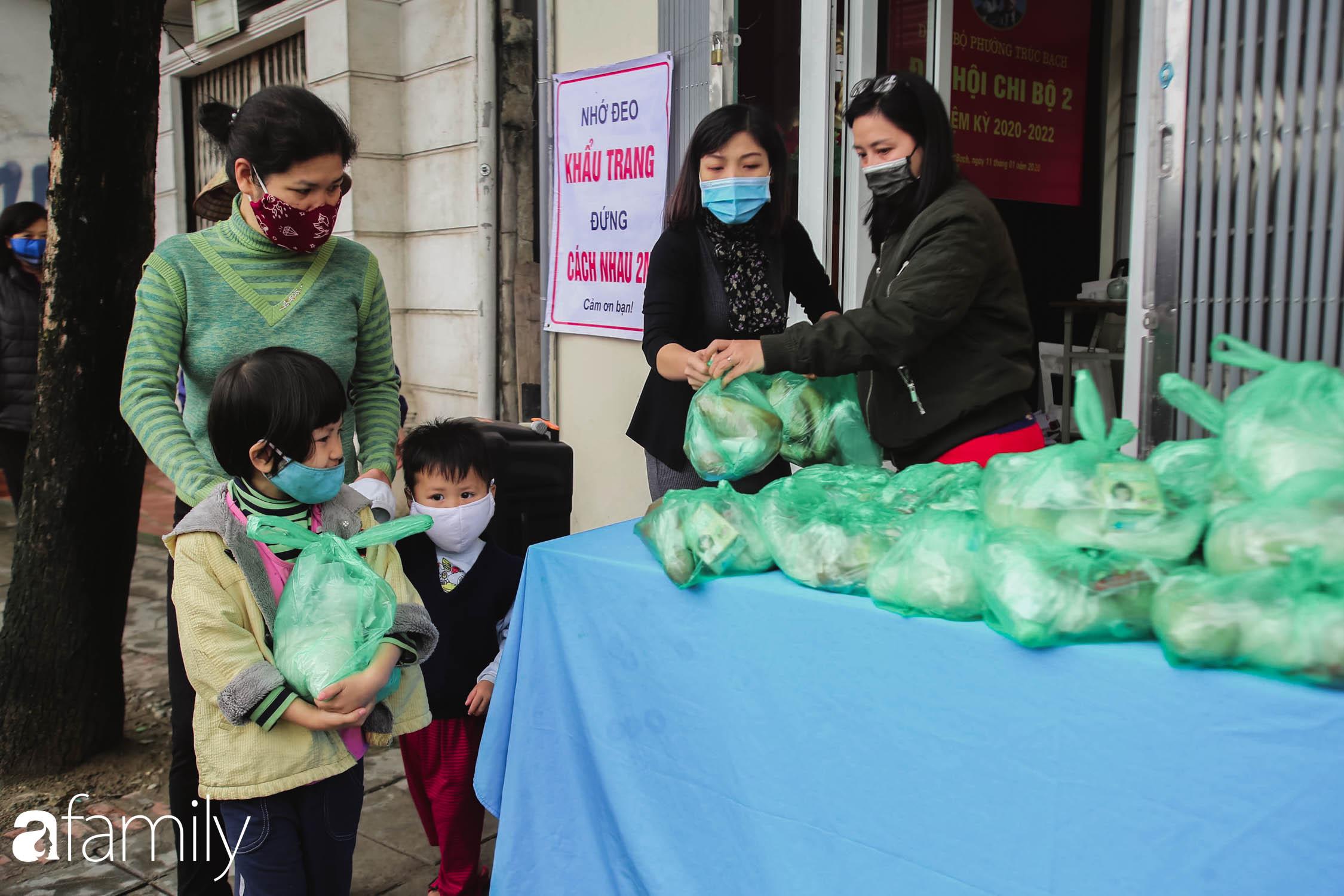 Những ngày cách ly chống dịch: Nhiều điểm phát lương thực mở ra như món quà vô giá với sinh viên nghèo, lao động thất nghiệp cố bám trụ lại Thủ đô - Ảnh 9.