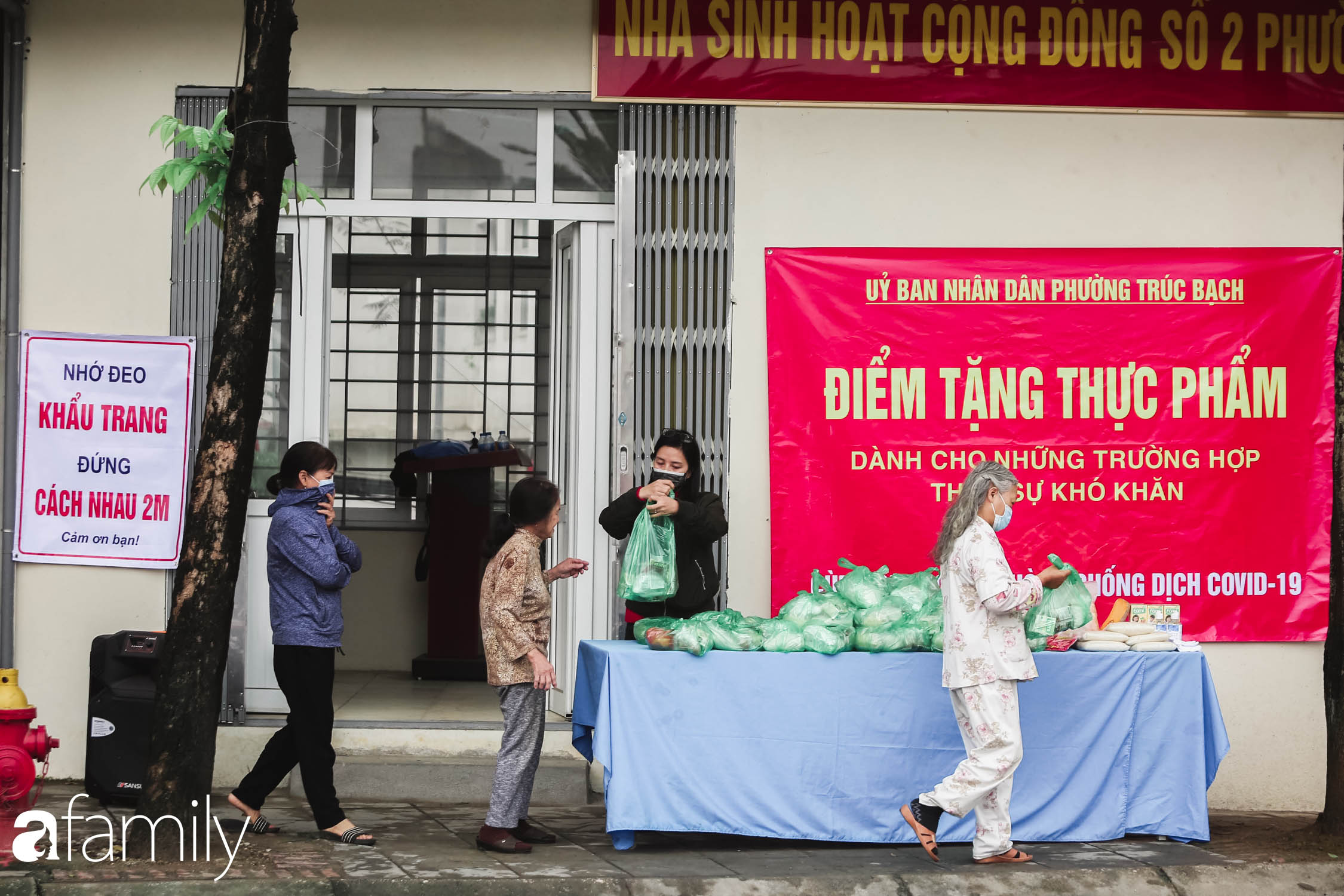 Những ngày cách ly chống dịch: Nhiều điểm phát lương thực mở ra như món quà vô giá với sinh viên nghèo, lao động thất nghiệp cố bám trụ lại Thủ đô - Ảnh 1.