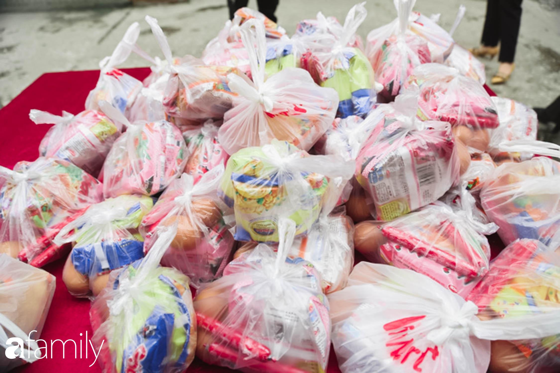 Những ngày cách ly chống dịch: Nhiều điểm phát lương thực mở ra như món quà vô giá với sinh viên nghèo, lao động thất nghiệp cố bám trụ lại Thủ đô - Ảnh 13.