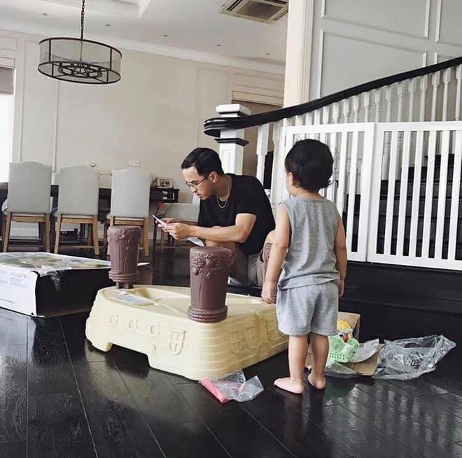 Nhà giàu nhưng các con của Tăng Thanh Hà được mẹ nuôi dạy cực bình dân, cậu cả mới 4 tuổi mà đã phụ giúp mẹ như này - Ảnh 6.
