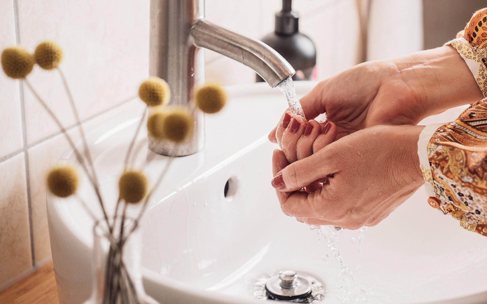 Rửa tay trong mùa dịch Covid-19: 7 cách giữ da tay luôn mịn màng và khỏe đẹp, là phụ nữ lại càng nên học hỏi
