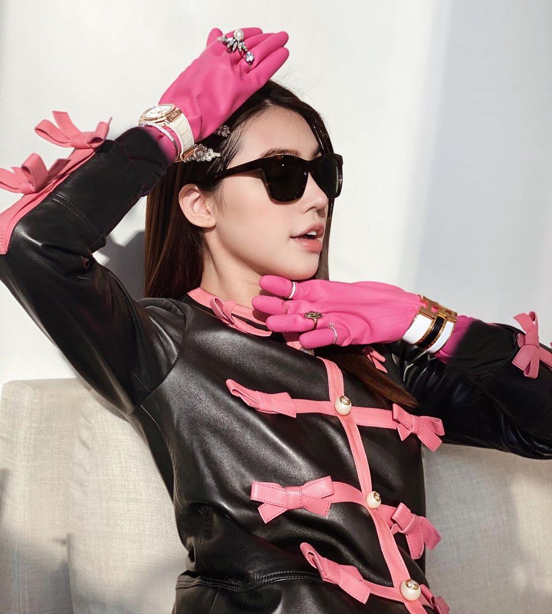 Những màn lên đồ cực gắt của sao Việt khi ở nhà: Phạm Hương mặc bikini vẫn cố diện túi trăm triệu, có người còn lôi túi cả trăm triệu mới sắm ra khoe - Ảnh 2.