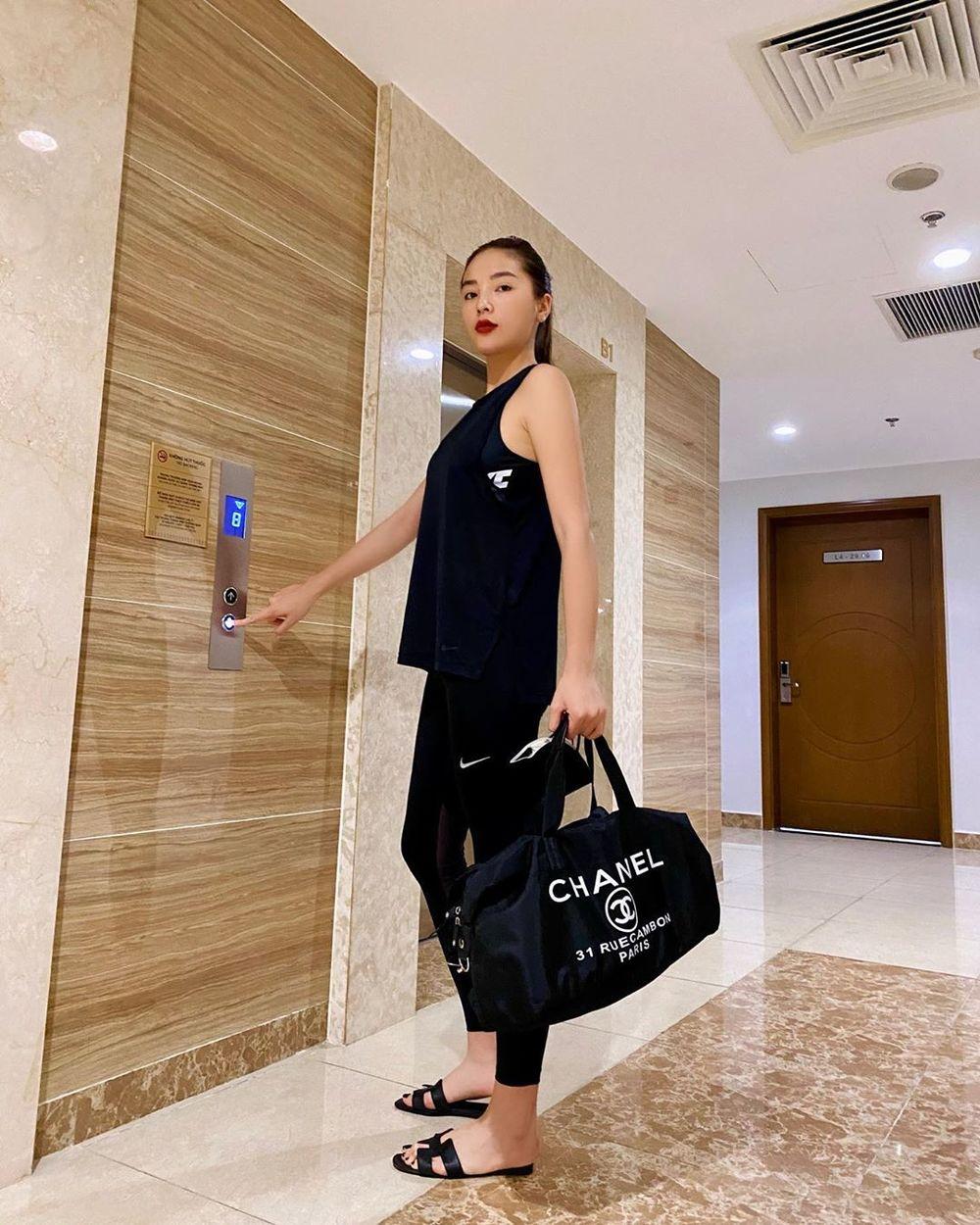 Những màn lên đồ cực gắt của sao Việt khi ở nhà: Phạm Hương mặc bikini vẫn cố diện túi trăm triệu, có người còn lôi túi cả trăm triệu mới sắm ra khoe - Ảnh 6.