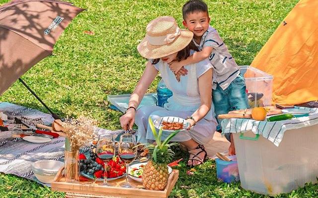 Ngay ở Hà Nội có bãi cỏ rộng thênh thang, tha hồ đưa con đi picnic cuối tuần