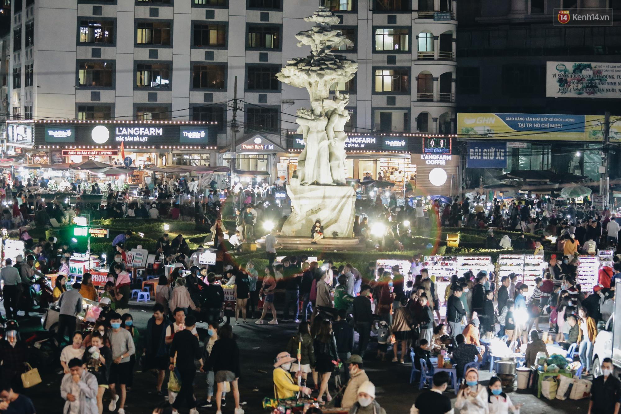 Chùm ảnh: Chợ đêm Đà Lạt không còn chỗ trống, khách du lịch ngồi la liệt từ trong ra ngoài để ăn uống dịp nghỉ lễ - Ảnh 1.