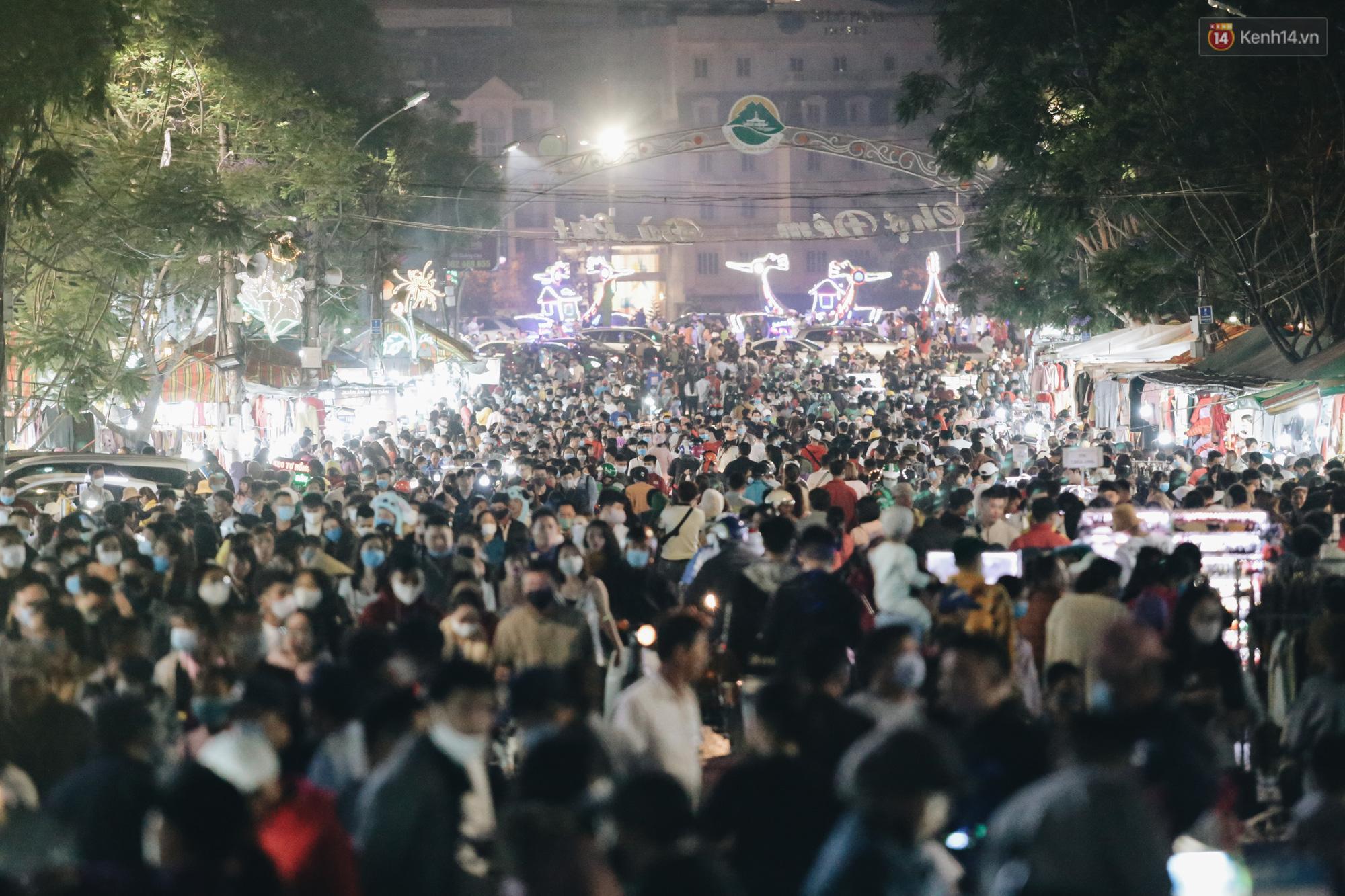 Chùm ảnh: Chợ đêm Đà Lạt không còn chỗ trống, khách du lịch ngồi la liệt từ trong ra ngoài để ăn uống dịp nghỉ lễ - Ảnh 3.