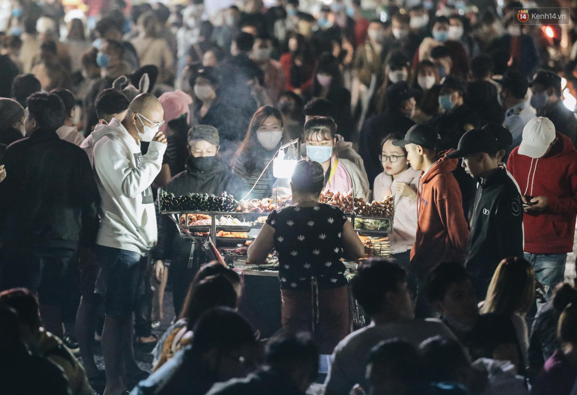 Chùm ảnh: Chợ đêm Đà Lạt không còn chỗ trống, khách du lịch ngồi la liệt từ trong ra ngoài để ăn uống dịp nghỉ lễ - Ảnh 4.