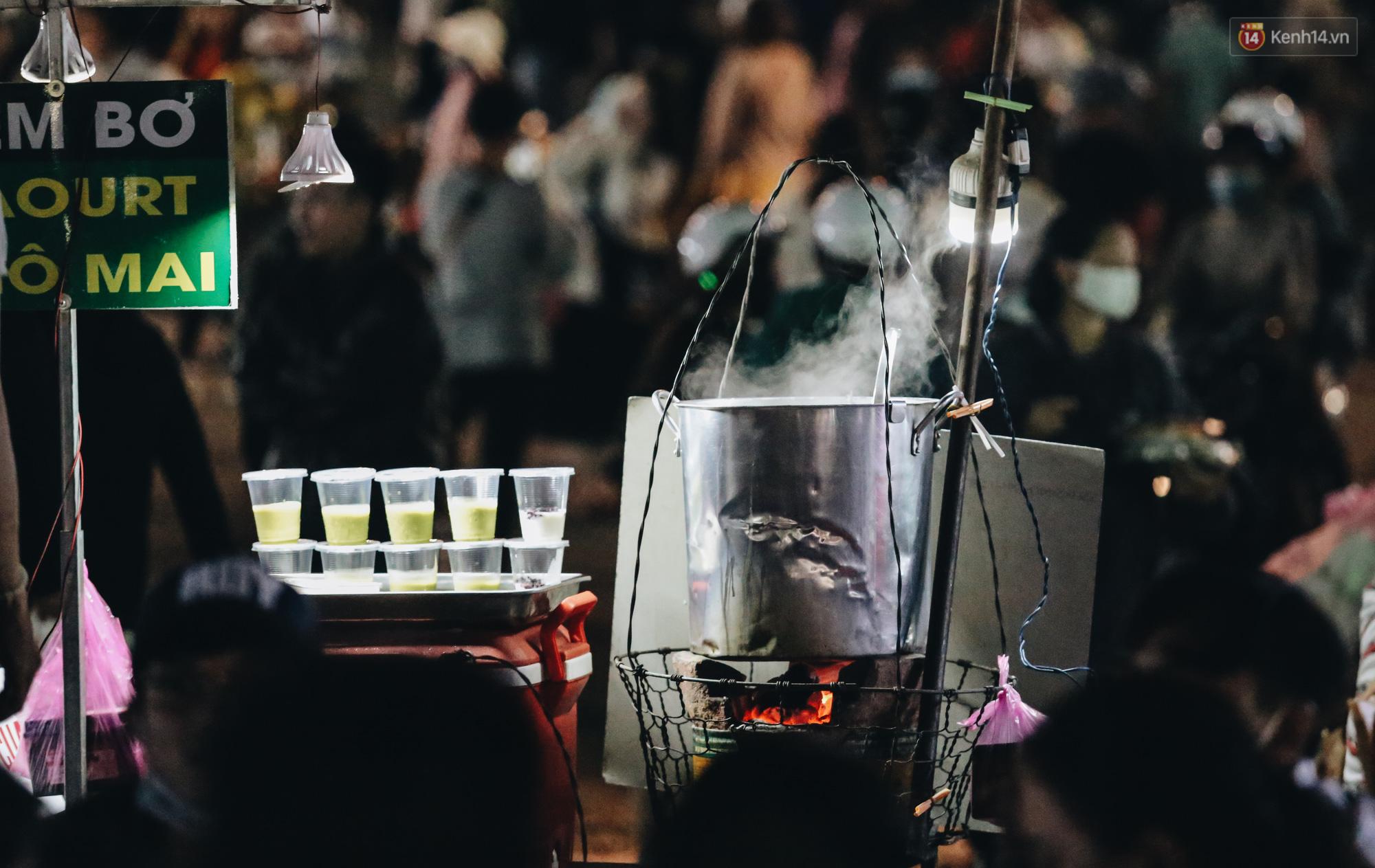 Chùm ảnh: Chợ đêm Đà Lạt không còn chỗ trống, khách du lịch ngồi la liệt từ trong ra ngoài để ăn uống dịp nghỉ lễ - Ảnh 6.
