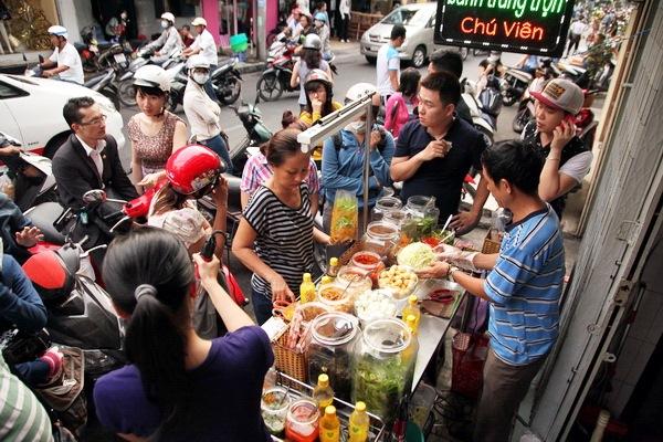 """Có 250k trong tay, nhất định nên """"bay"""" tới 4 quán bánh tráng trộn bình dân nổi tiếng Sài Gòn để ăn thả ga món vỉa hè vừa rẻ vừa ngon này - Ảnh 1."""