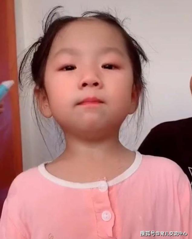 """Bé gái 5 tuổi cầm tông đơ cắt tóc chơi, mẹ quay đi 1 lúc, quay lại thì """"đứng hình"""" khi nhìn thấy con - Ảnh 3."""